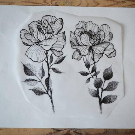 Motiv för tatuering av Bahicho. Två rosor med tunna linjer som nervatur och skira blad i dotworkstil.