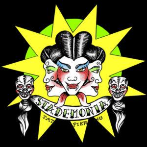 StaDemonia Tattoo Stockholms logotyp, en trehövdad feminin demon med två dödskallar som håller upp banderoll med namnet.