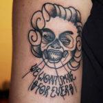 Tatuering på arm av Sara Swanson. Marilyn Monroe som zombie med texten We won´t smile forever.