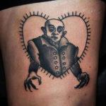 Tatuering på lår av Sara Swanson. Nosferatu i taggigt hjärta i old school stil.