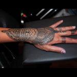 Tatuering på hand och handled av Soledad Aznar. Dekorativt mehndiinspirerat ornament.