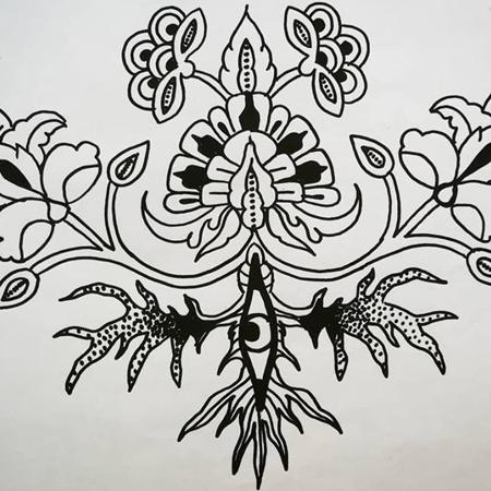 Motiv för tatuering; Ornamental växt med öga mitt i rötterna och stora blommor som kommer upp ur jorden.