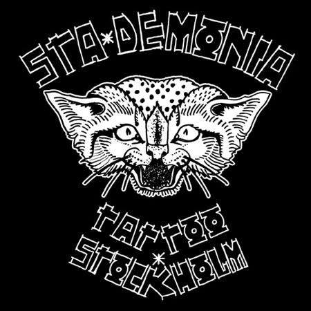 Illustration av en helt galen glad vildkatt. Runt om texten StaDemonia Tattoo Stockholm i en handskriven cyberspace stil.