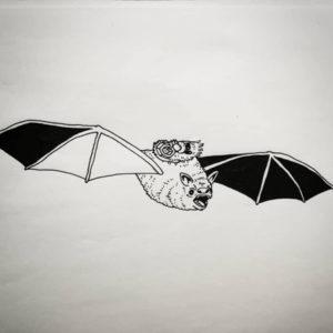 Queer Konst av Hanna Gustavsson. Ett litet knyte bärs på ryggen av en fladdermus.