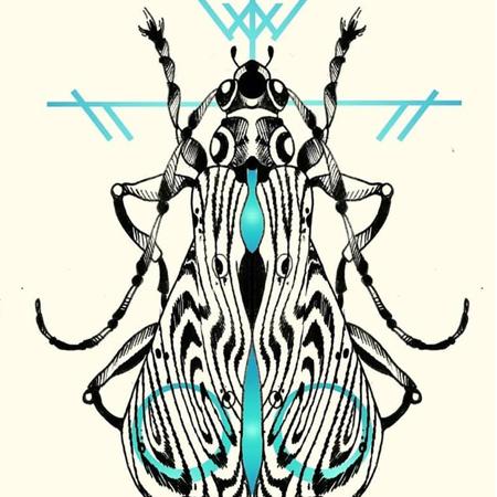 Motiv för tatuering i blackworkstil med turkosa detaljer, av queer tatuerare Eneo Melboi. Psykadelisk nattfjäril.