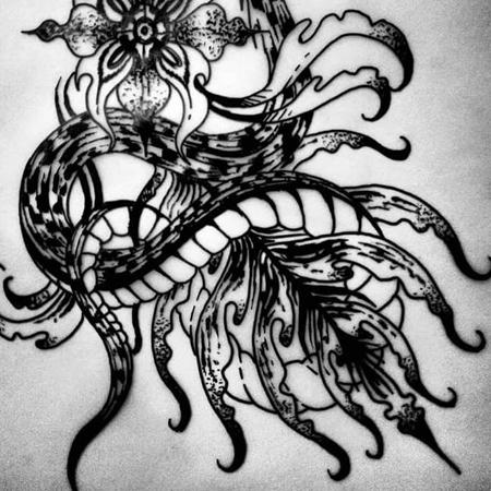 Motiv för tatuering i blackworkstil av queer tatuerare Eneo Melboi. Orm slingrar kring en ornamental blomma.