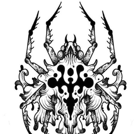 Tatueringsmotiv i blackworkstil av queer tatuerare Eneo Melboi. En organisk utflytande spindel.