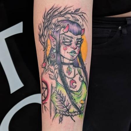 Tatuering av queer tatuerare Cynthia Sobraty. Demonperson med långt lila hår och dubbla uppsättningar ögon.