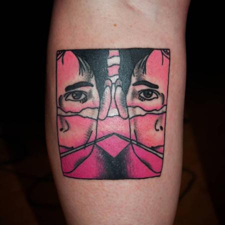 Old school tatuering av tatuerare Sara Swanson. Brandon Teena från filmaffisch i rosa toner.
