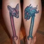 Tatuering inspirerad av egyptisk mytologi av tatuerare Soledad Aznar. Två stavar med räv och drakhuvud.