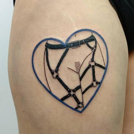 Tatuering av queer tatuerare Uve the Kid. En harnessklädd naken underkropp med hårdrarkad snippa.