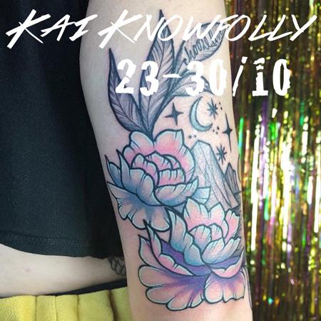 Tatuering av queer tatuerare Kai Knowfolly. Rosor y transfärgerna rosa blått och vitt.