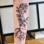 Tatuering på smalben av queer tatuerare Alex , potatisplanta i gravyr stil.