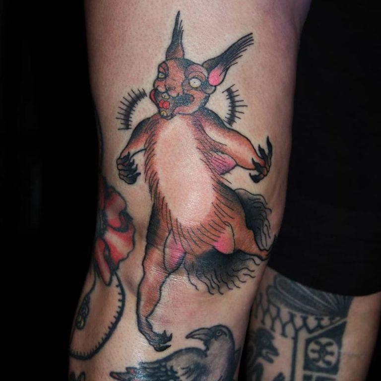 Galen hoppande ekorre, Tatuering i oldschool stil av tatuerare Sara Swanson