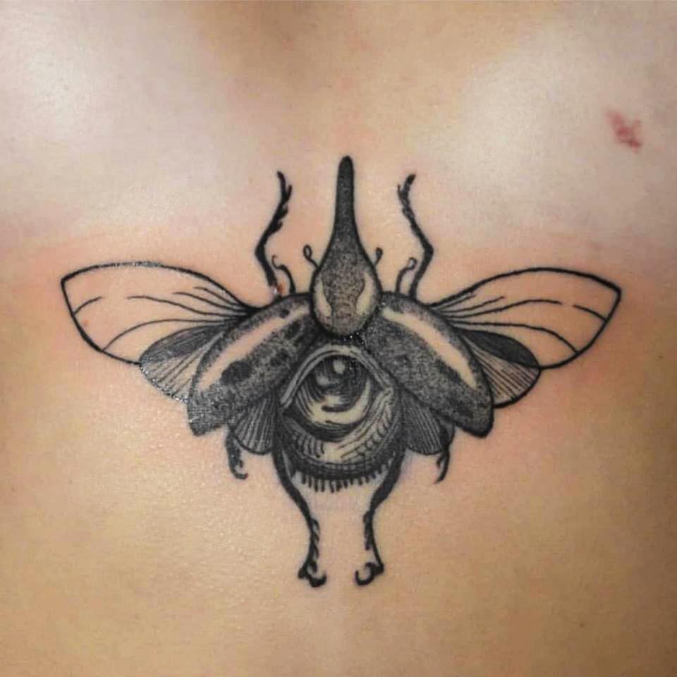 Tatuering av Bahicho. Insekt med öga som kropp, i blackwork och dotwork stil.
