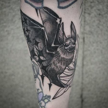 Tatuering av Bahicho. Glad fladdermus med stjärnor och magi i vingarna, i blackwork och dotwork stil.