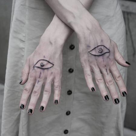 Tatuering av Bahicho. Två korsade handleder med ett öga tatuerat på varje hand, skyddstatuering.
