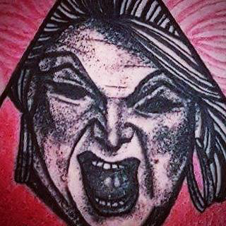 Tatuering av Soledad Aznar. Porträtt av Divine i old school och dotwork stil.