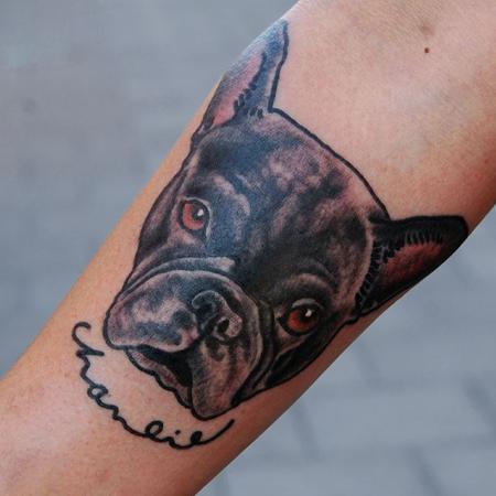 Tatuering på arm av Soledad Aznar. Porträtt i old school stil av en fransk bulldog, supersöt.