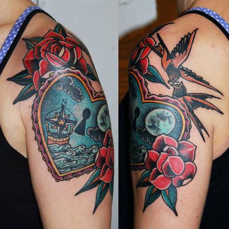 Tatuering över arm av Soledad Aznar. Old school hjärta med natthav och fullmåne. Ovanför flyger två svalor och runt omkring knallröda rosor.