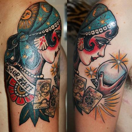 Tatuering över arm av Soledad Aznar. En sierska i old school stil tittar in i en kristallkula med tarotkort omkring sig.