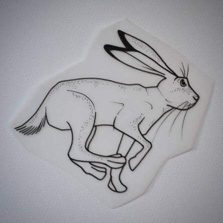 Tatueringsmotiv, en springande hare i fina linjer, blackwork. Tatuerare Bahia.