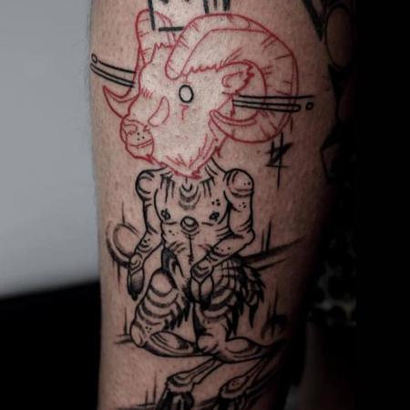 Tatuering i blackworkstil med röda detaljer, av queer tatuerare Eneo Melboi. Tatuerad människogestalt med stort rött bockhuvud.