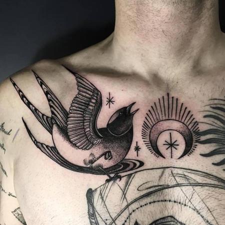 Tatuering av queera tatueraren Ciara Havishya. Svala som tycker på bröst bland måne och stjärnor i blackwork dotwork stil.