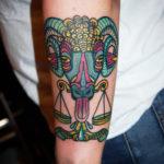 Old school tatuering av tatuerare Soledad Aznar. Turkos vädur med våg i munnen.