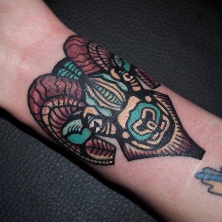 Old school tatuering av tatuerare Soledad Aznar. Bockhuvud i turkos, gult och bruna färger.