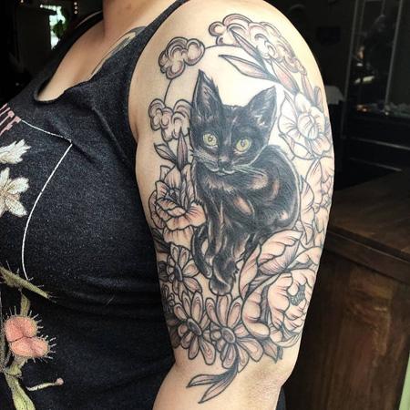 Tatuering av queer tatuerare Kai Knowfolly. Liten söt kattunge sitter i dekorativ blomram.