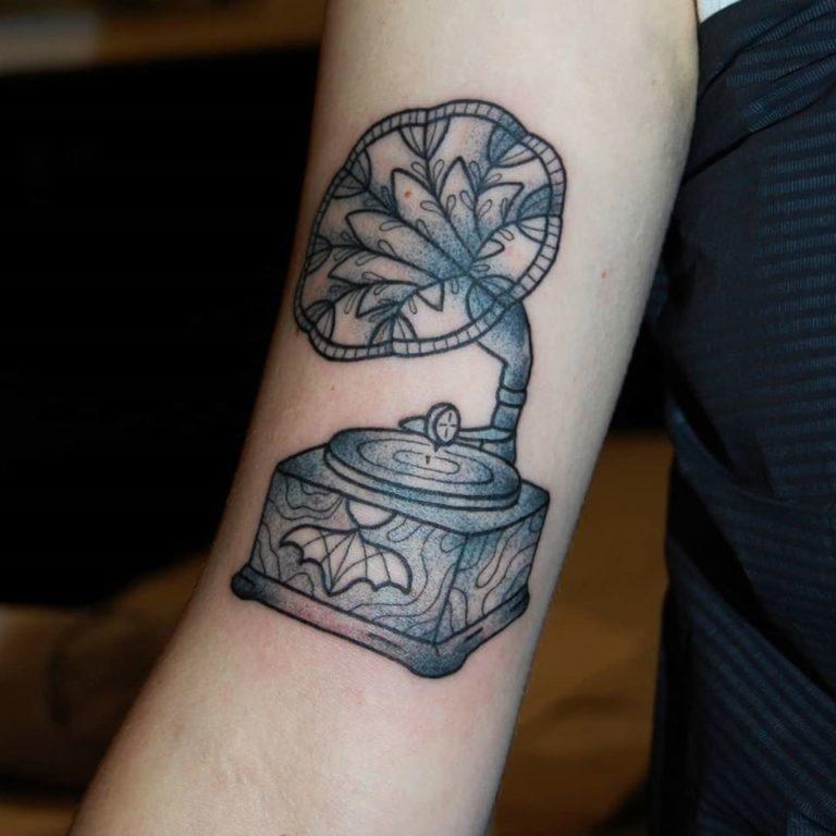 Antik grammofon med fladdermus dekorativ. Tatuering i blackwork stil av tatuerare Sara Swanson.