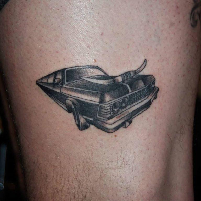 Limousine med horn framtill, Tatuering i blackwork stil av tatuerare Sara Swanson.