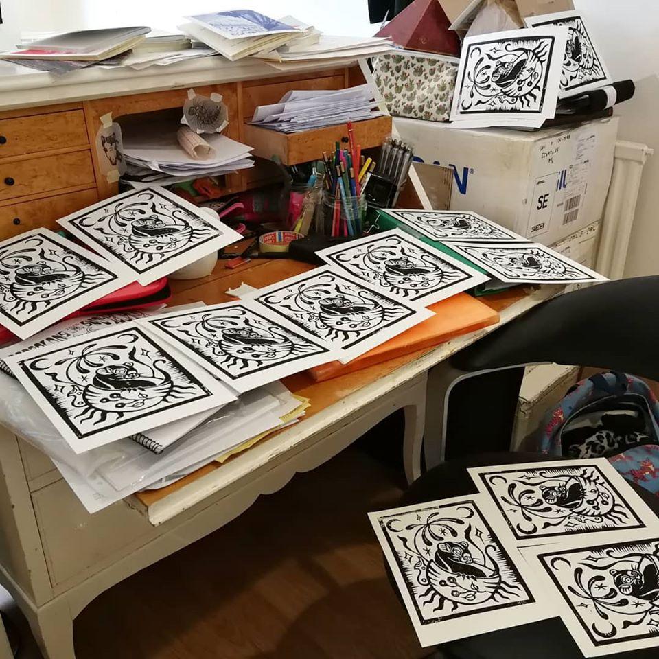 Handprintade presentkort för tatuering, en råtta sitter i kaffekopp med natthimmel omkring.