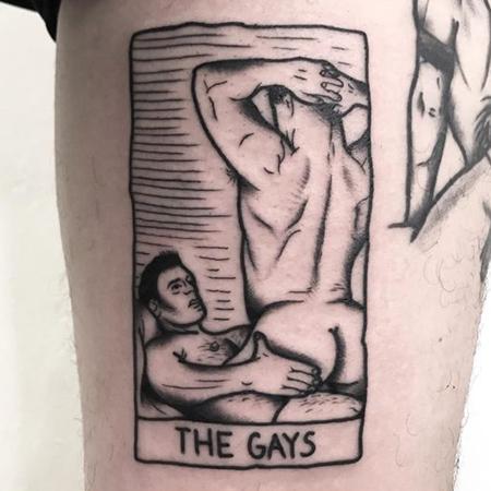 La quiniela The Gays, två maskulina personer har sex en sittandes på den andre. Tatuering i blackworkstil av queer tatuerare GerFer