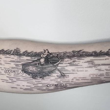Knyttet ror på stilla vatten, tatuering i linjer av Leon på StaDemonia Tattoo.