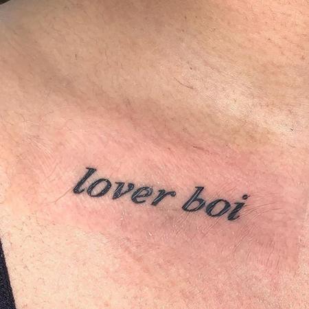 Texten Lover boy precis under nyckelben, tatuering av Liam på StaDemonia Tattoo.