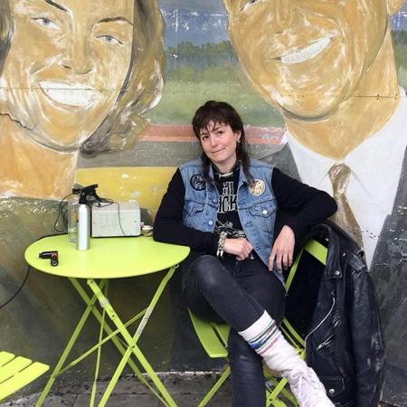 Sixten Sandra, tatuerare, sitter vid kaffebord med sin utrustning bredvid sig.