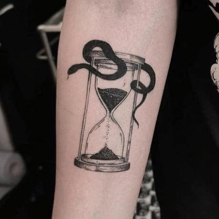 Orm slingrar sig rung timglas, tatuering i blackwork stil av Sixten på StaDemonia Tattoo
