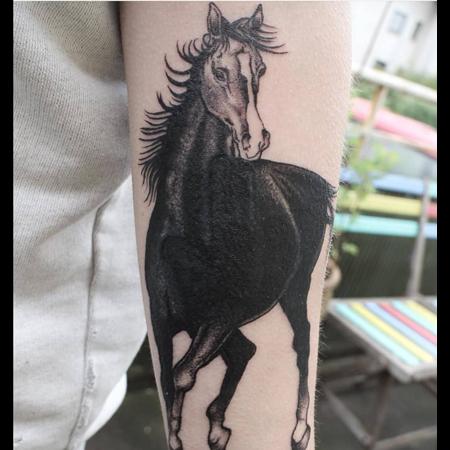 Galloperande häst, tatuering i black and gray stil av Sixten på StaDemonia Tattoo.
