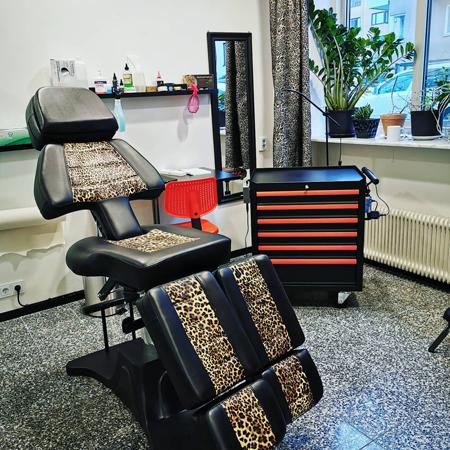 Ny tatueringsstation på StaDemonia Tattoo Stockholm, stol med lepardöverdrag